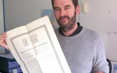 Vincent Courboulay avec en main l'un des documents exceptionnels.